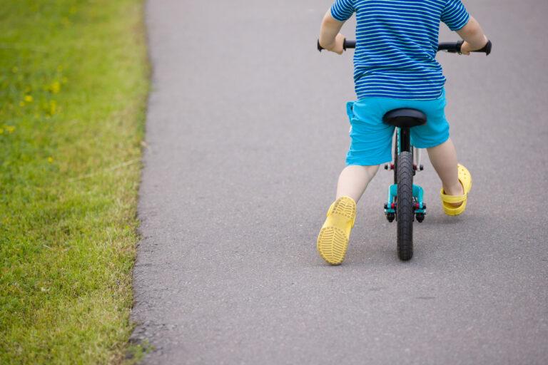 Potkupyörällä pyöräilyn opetteleminen kannattaa.