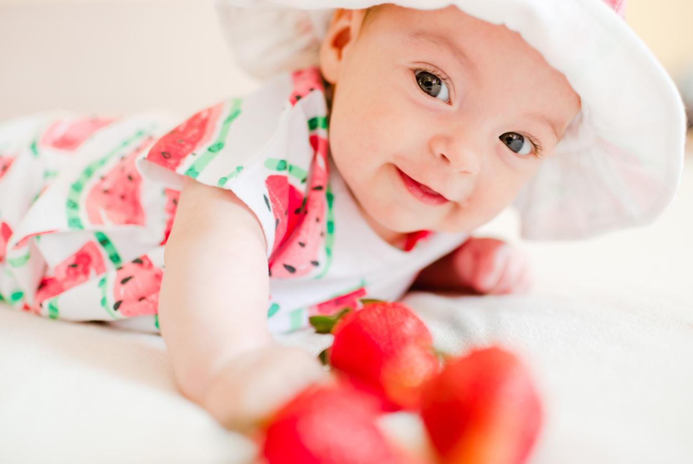 Vauva pääsee helteellä ulkoilemaan mukavasti, kun vaatetus on lämpölikemiin nähden mukavan vilpoisa.