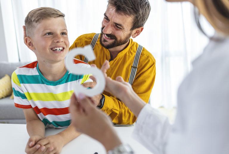Lasten puheterapiassa myös kotiharjoittelulla on iso merkitys.