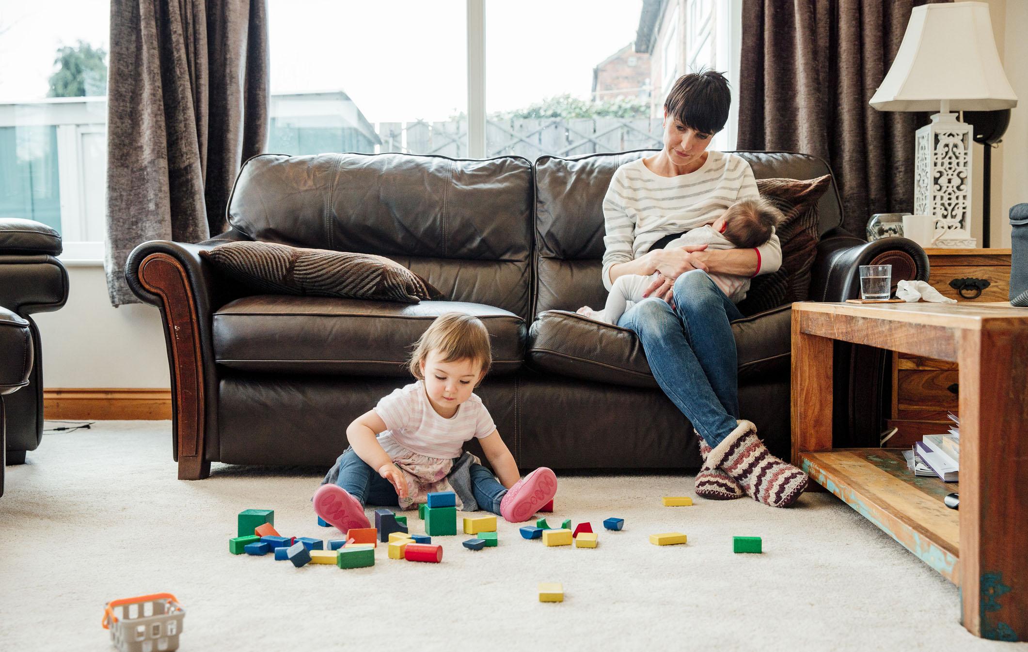 Taapero ja vauva kotona? On ehkä keksittävä uusia keinoja imetyshetkien rauhoittamiseen.