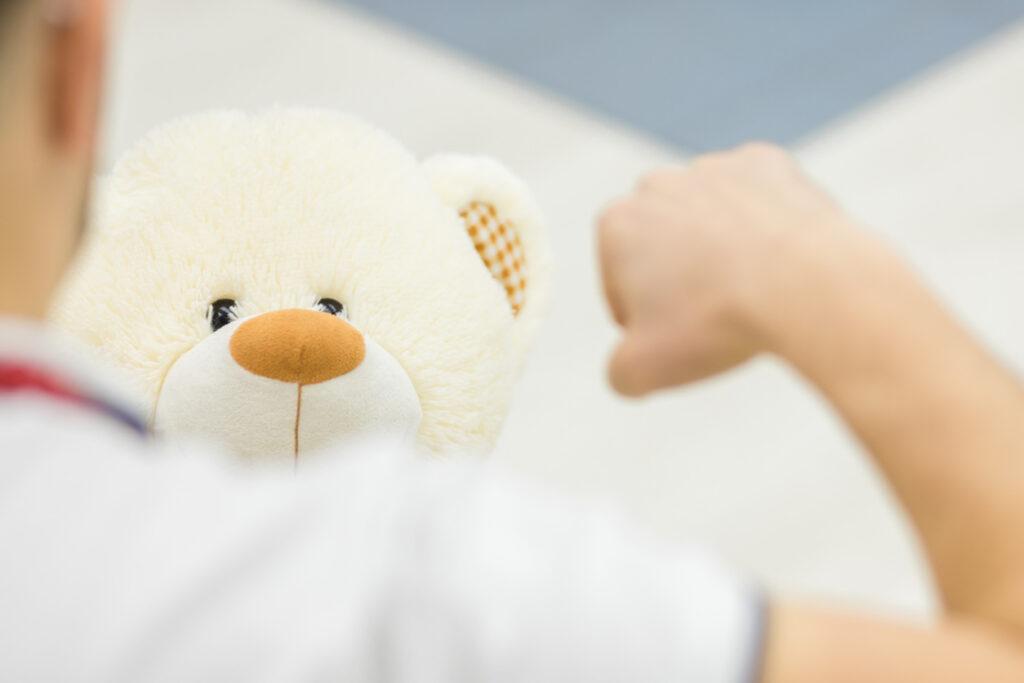 Lapsi heijastaa sekä maailmankuvaansa että omia hankalia tunteitaan leikkiin.