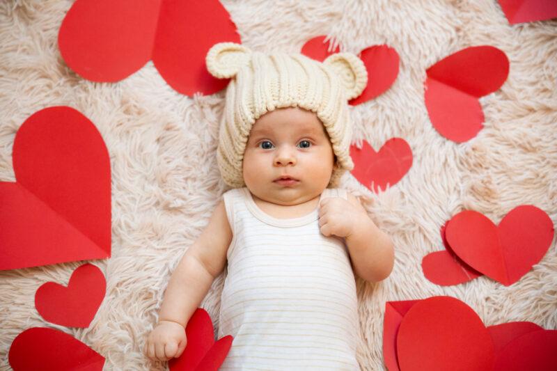 vauvakuvaus, jossa pahvisia sydämiä