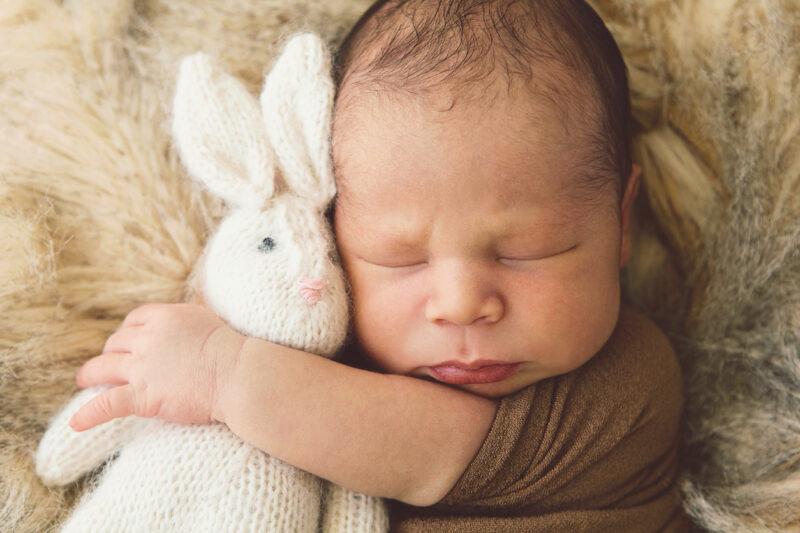 vauvan kuva pehmoeläimen kanssa päiväunilla