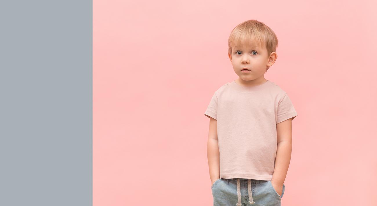 Poika vaaleanpunaisessa paidassa.