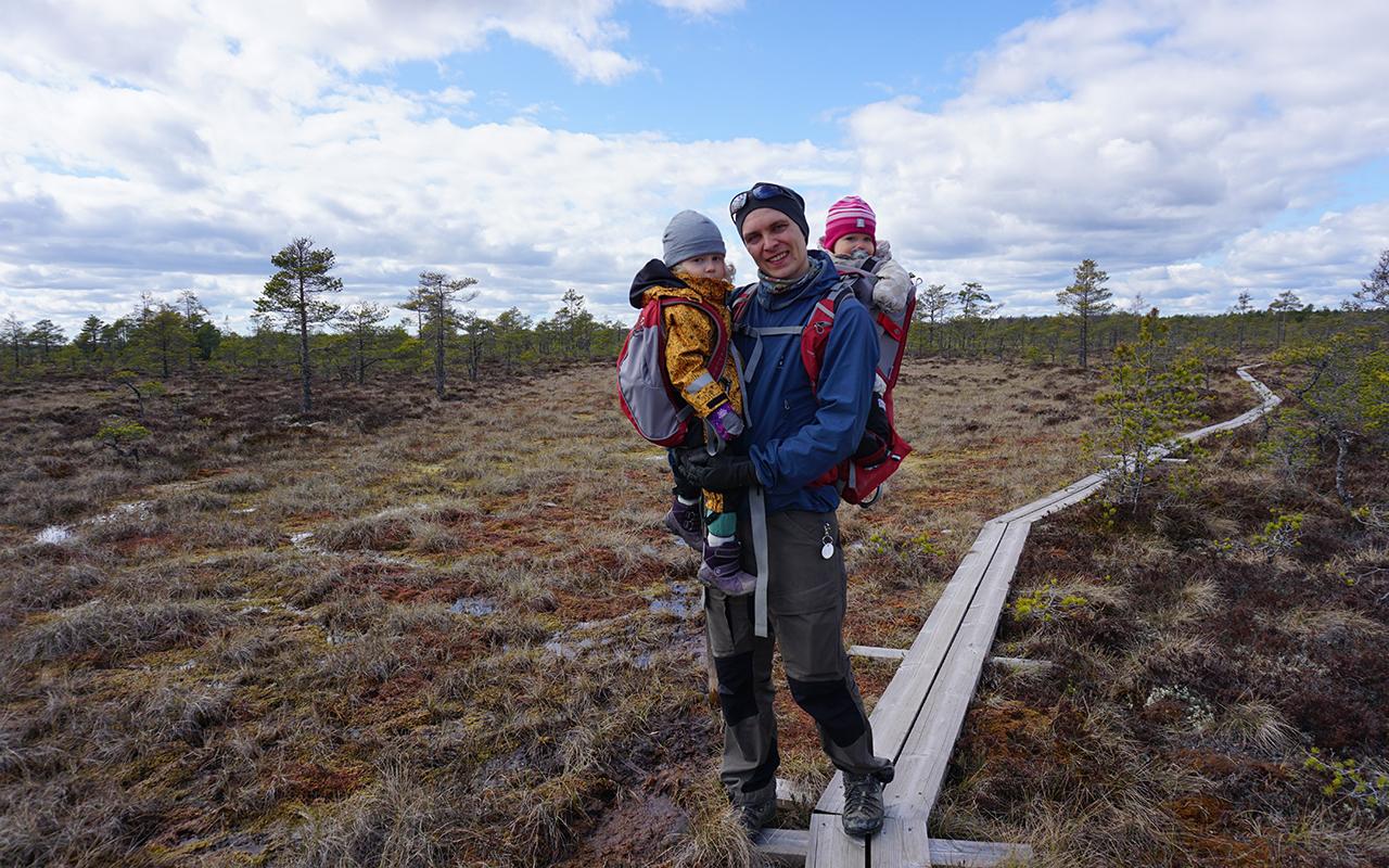 Vaellus lasten kanssa vaikka suolle! Kuvassa Tuomo ja lapset pitkospuilla.