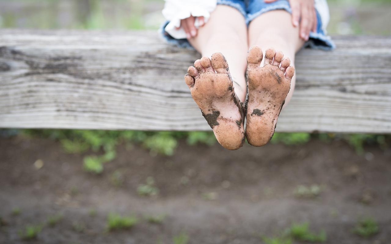 Lasten vaelluskengät kannattaa hankkia nykypäivän kenkäsuositukset huomioiden. Kuvassa lapsi paljain jaloin.