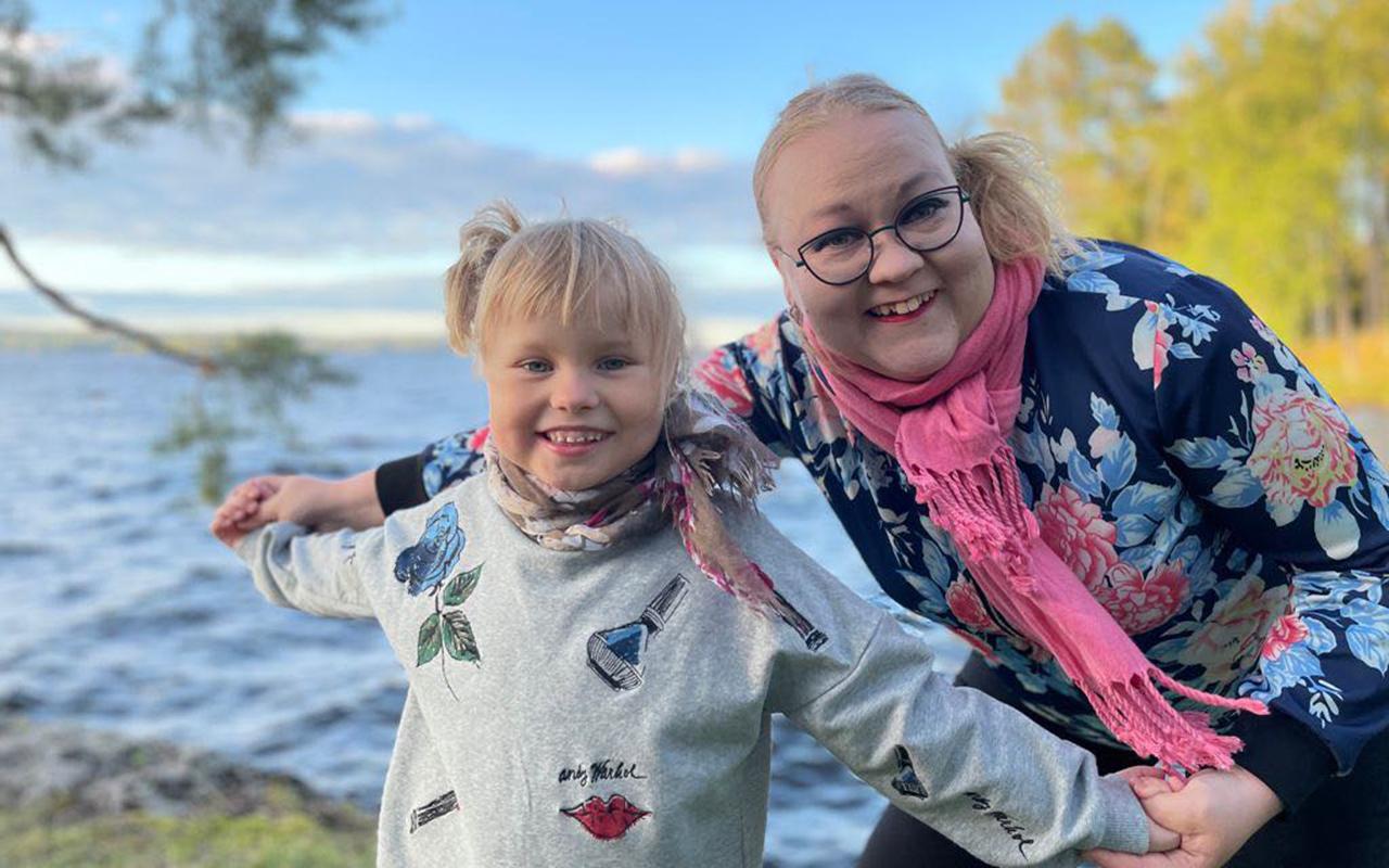 Minka ja Linda Hirvelä rannalla.