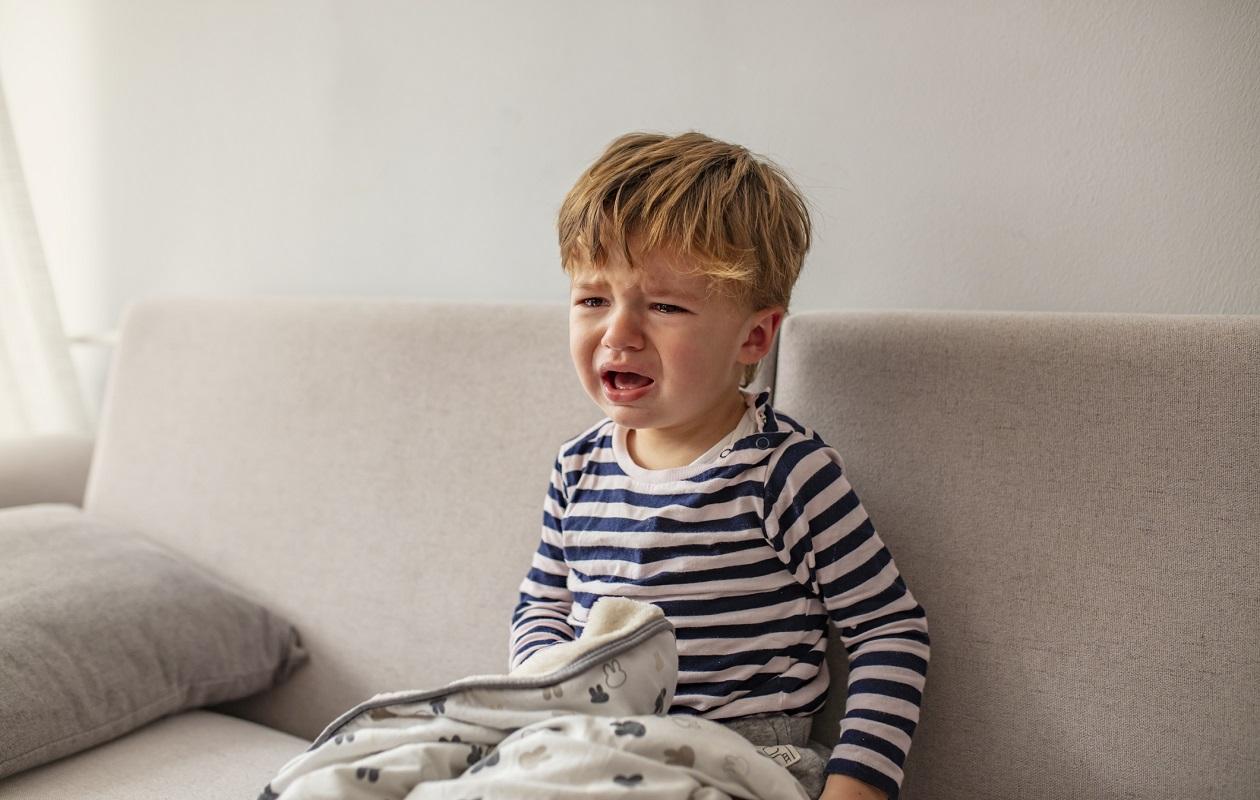 Poika itkee – lapsen virtsatietulehdus voi oireilla myös epämääräisin tavoin.