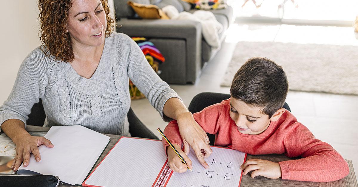 nainen laskee matematiikkaa lapsen kanssa