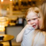 Sairaan lapsen paikka on kotona, ei lääkittynä päiväkodissa. Silti kuumeisiakin lapsia saatetaan tuoda päivähoitoon.